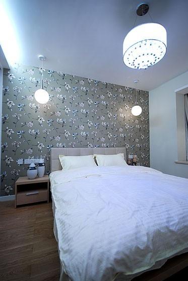 現代臥室小碎花背景墻設計效果圖片