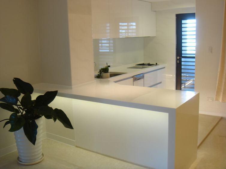 白色簡約廚房吧臺設計