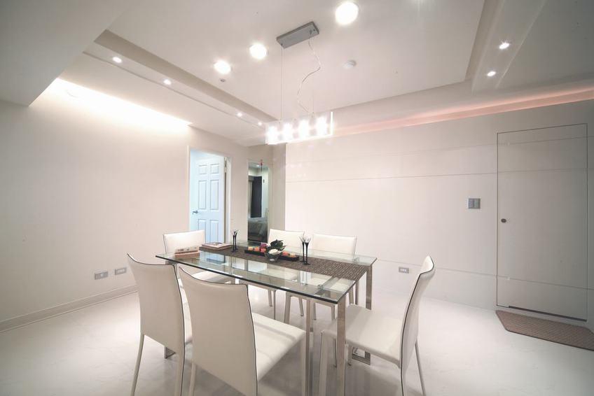 白色简约餐厅隐形门背景墙设计