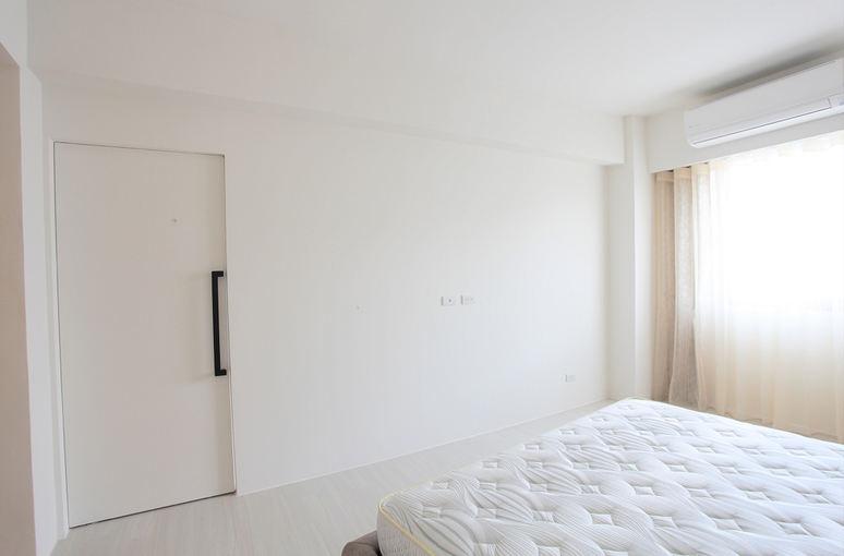 简约家居卧室隐形门装饰图