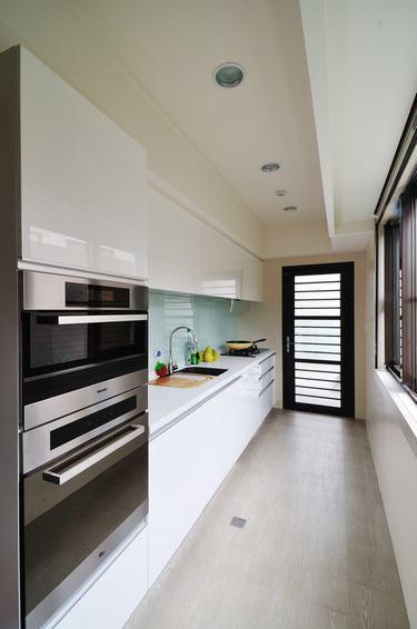现代简约厨房一字白色橱柜效果图