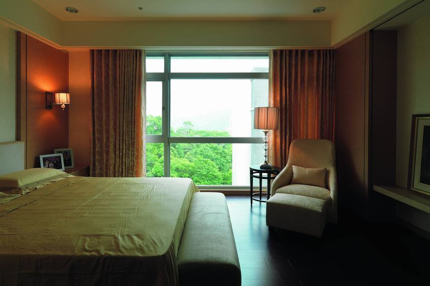 装修效果图 装修美图 简约现代卧室落地窗设计