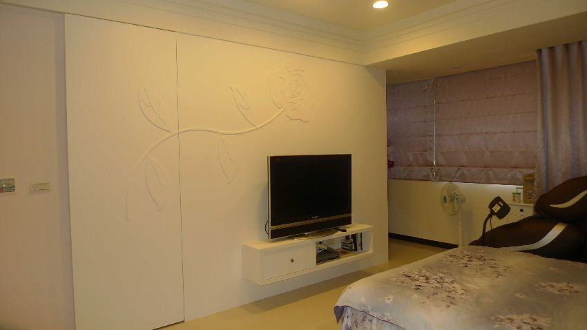 简欧卧室 隐形门电视背景墙效果图