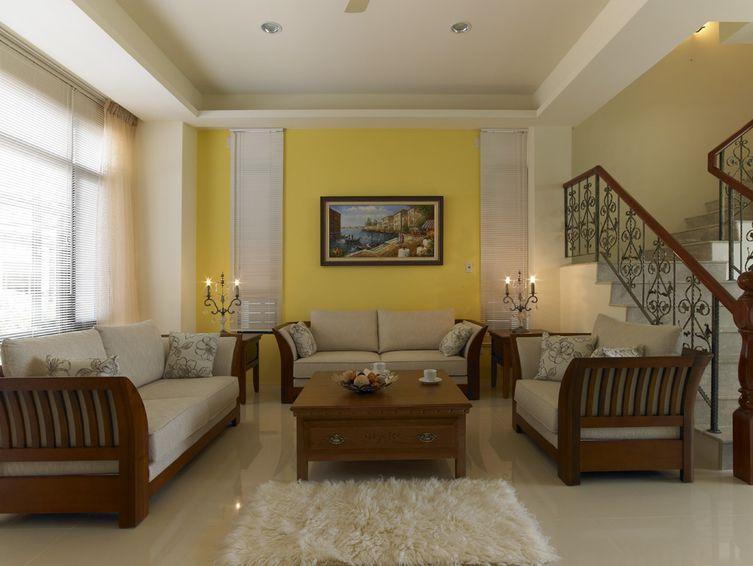 美式乡村风格 复式客厅黄色背景墙装饰图_装修百科