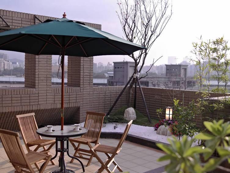 时尚现代装修别墅露天阳台设计