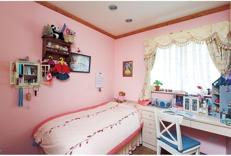 粉色田园风儿童房墙面装饰