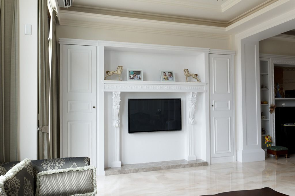 白色简约客厅隐形门电视背景墙装潢效果图_装修百科