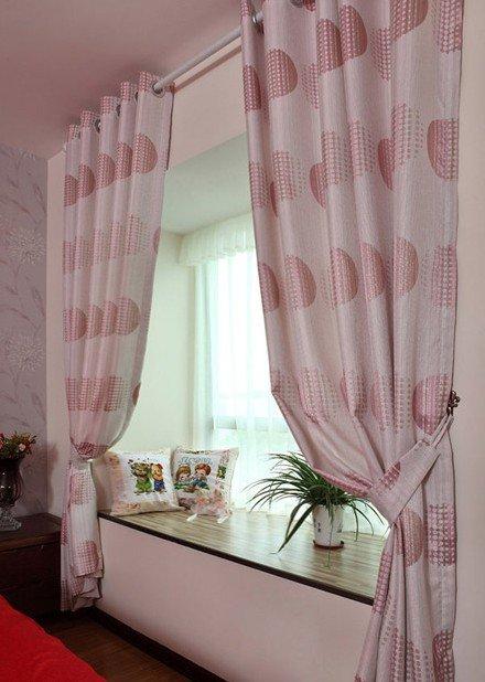 現代婚房臥室飄窗窗簾裝飾圖