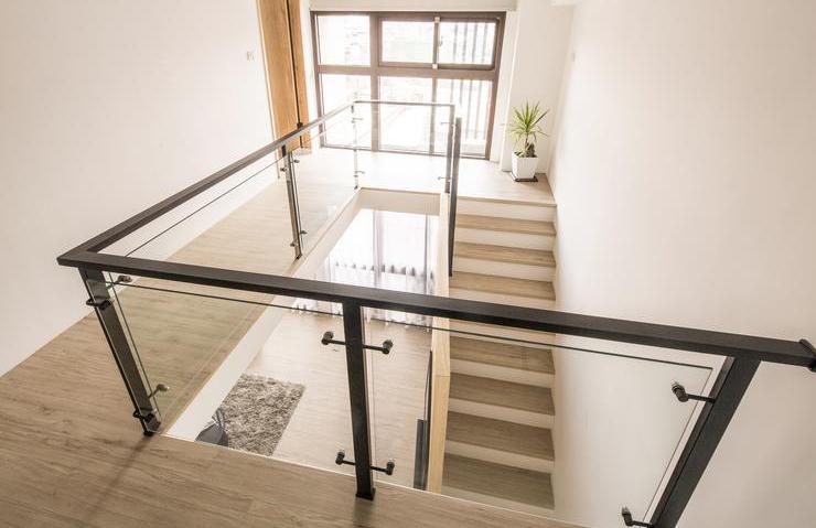 原木北欧复式楼梯玻璃护栏装饰设计_装修百科图片