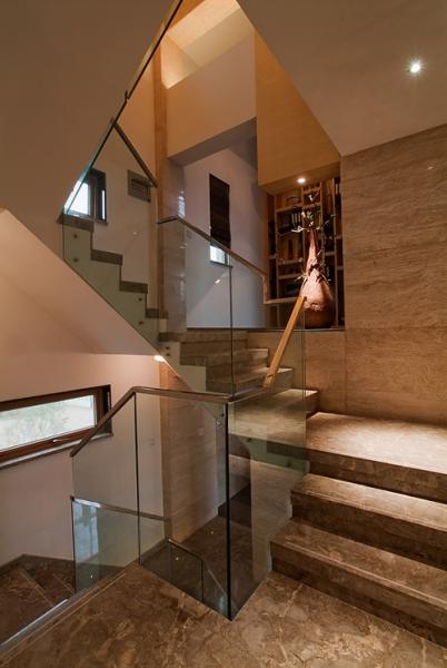 现代大理石别墅楼梯玻璃护栏装饰效果图_装修百科