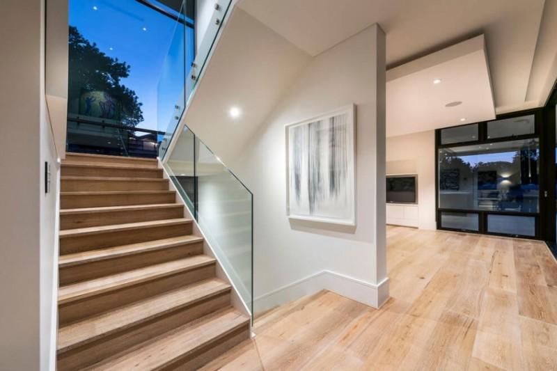 极简现代别墅原木楼梯装饰图