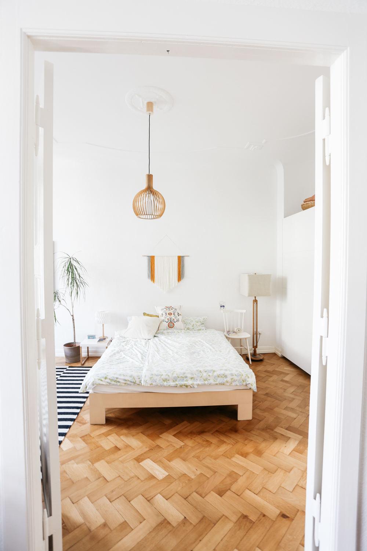 簡約現代臥室實木地板裝飾圖