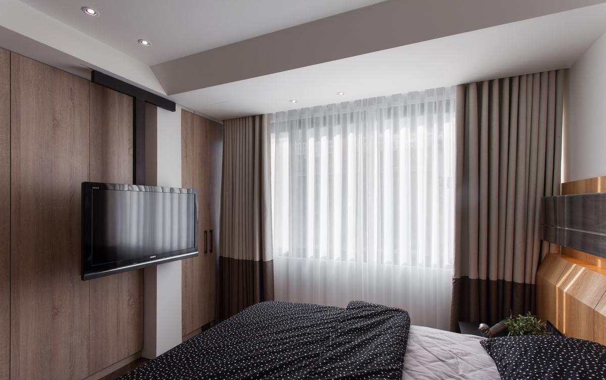 现代简约卧室 实木电视背景墙设计_装修百科