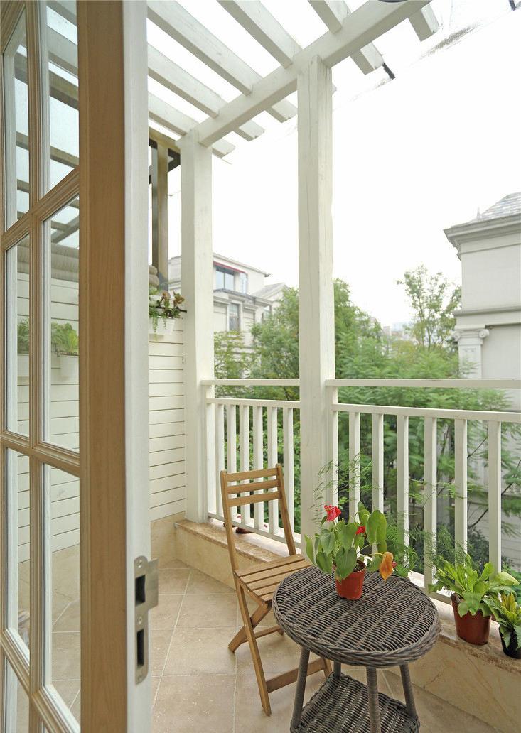 现代美式风格别墅半开放式阳台装修效果图