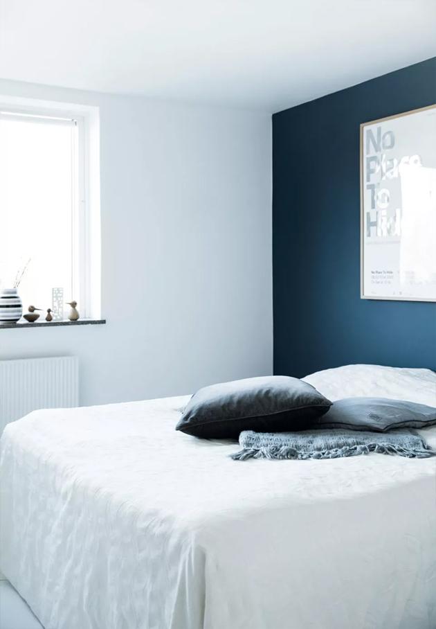 極簡北歐臥室深藍色背景墻裝飾圖