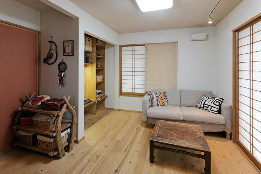 简洁古朴日式客厅小方桌放置效果图