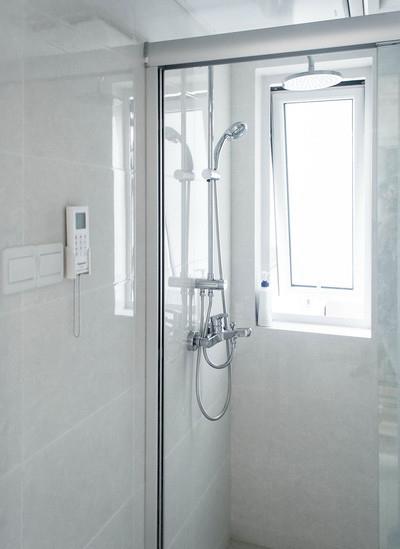 简约现代卫生间卫浴挂件装饰图