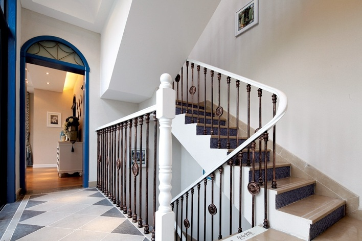 地中海风格别墅室内楼梯铁艺栏杆装饰图_装修百科图片