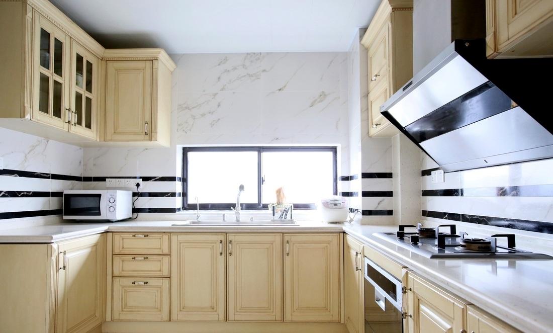 装修效果图 装修美图 简欧风格u型厨房米色橱柜设计装潢图
