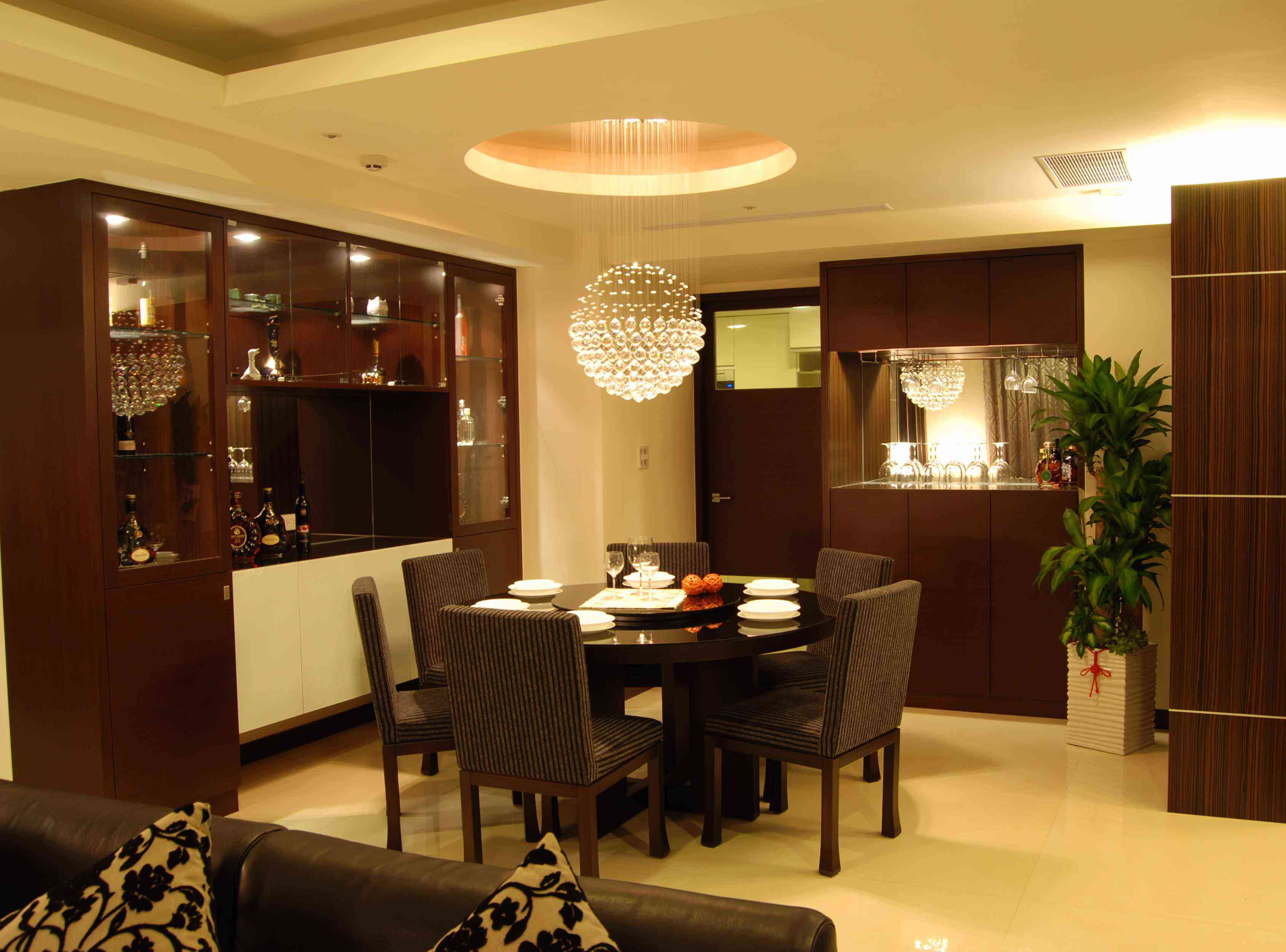咖啡色中式現代裝修風格餐廳水晶吊燈裝飾圖