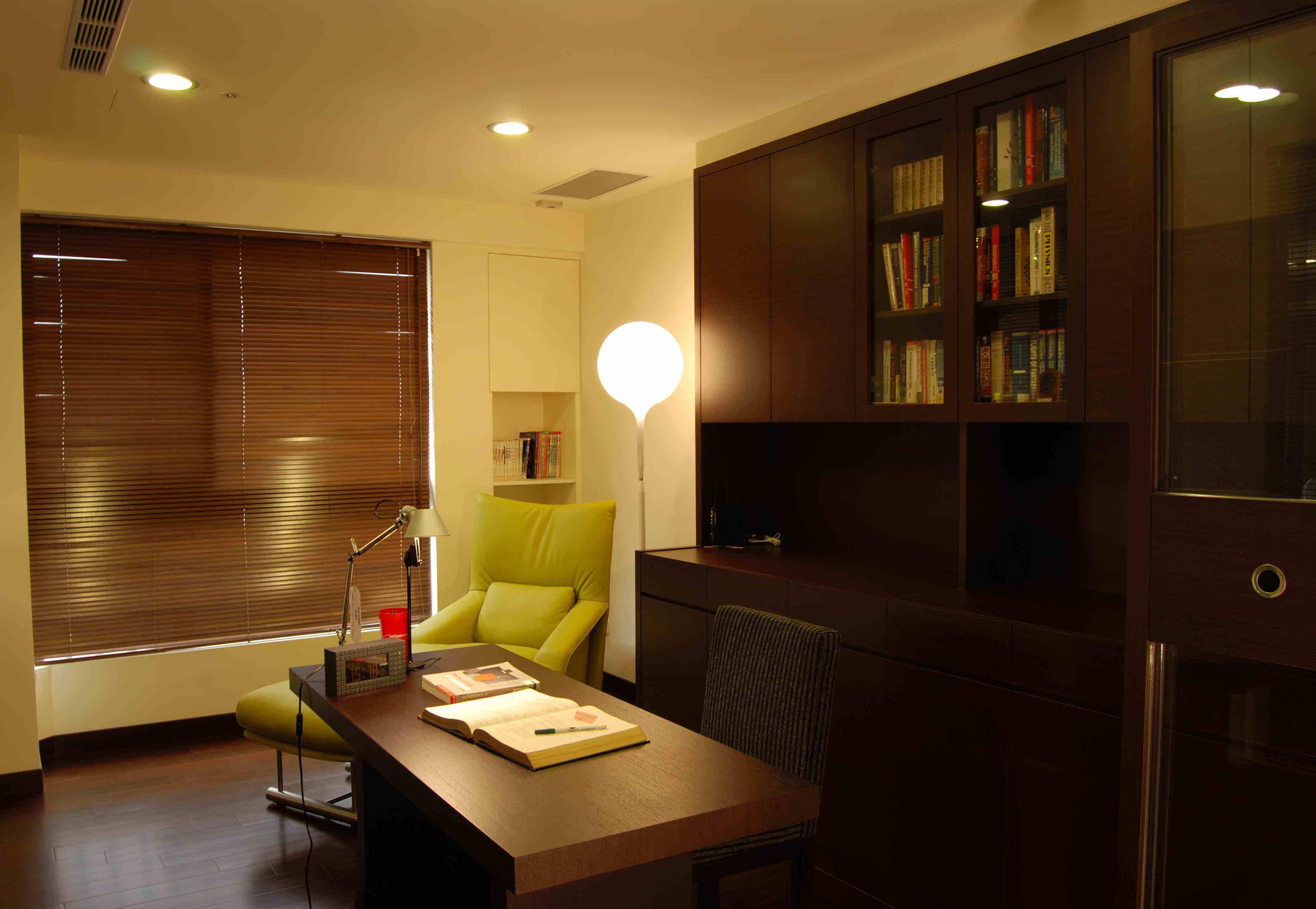 咖啡色中式現代裝修風格書房百葉簾裝飾效果圖