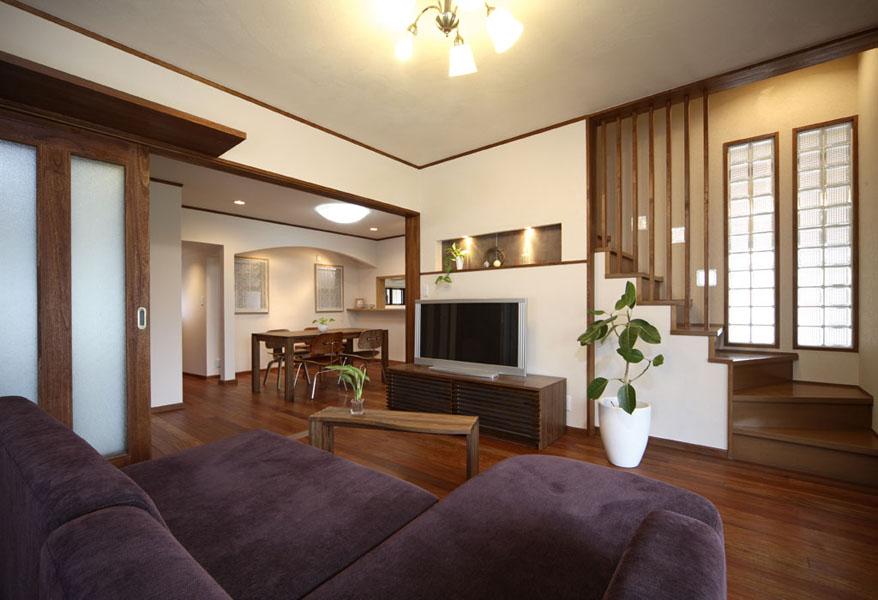咖啡色淡雅日式小復式樓梯裝修設計圖