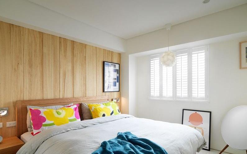 简约风格设计卧室床头实木背景墙设计效果图_装修百科