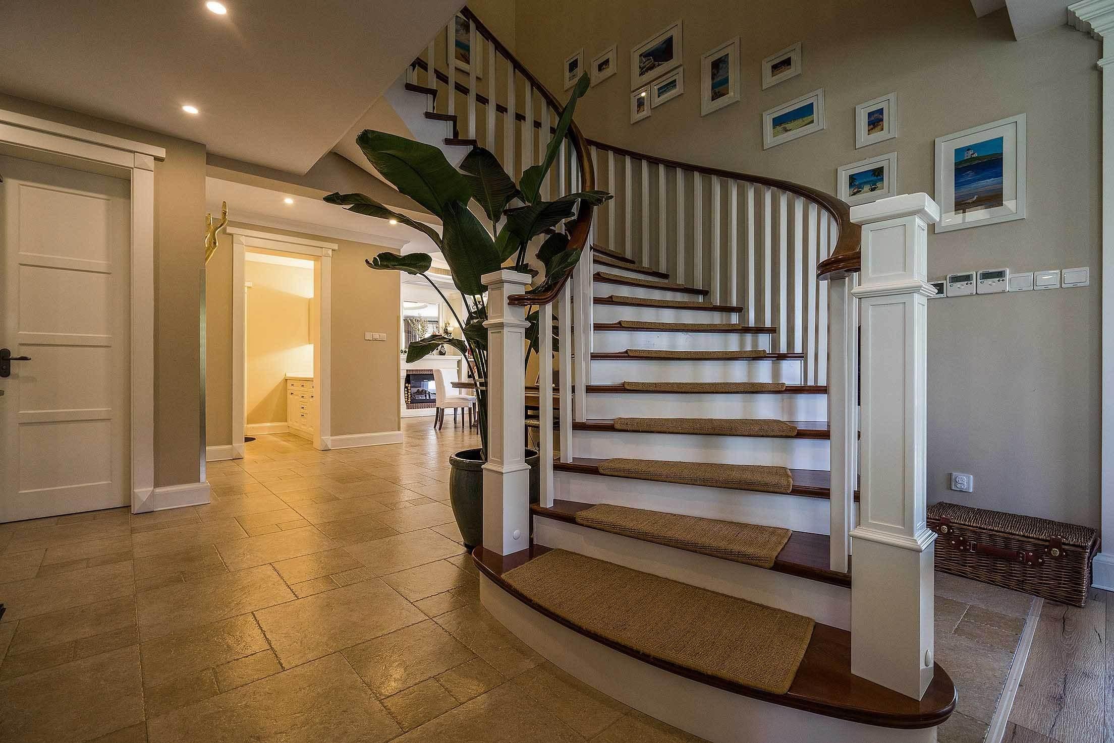 美式风格别墅旋转实木楼梯设计装修图