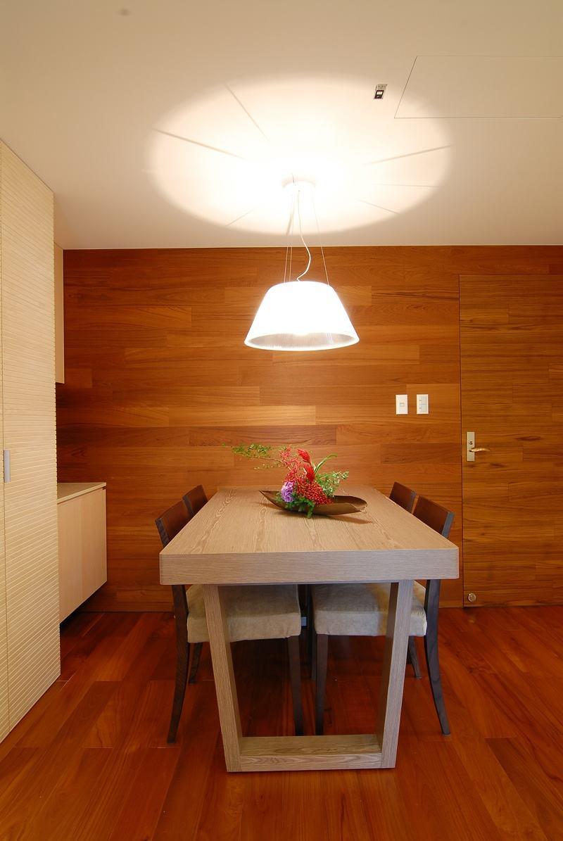 简约现代实木餐厅背景墙装潢效果图_装修百科